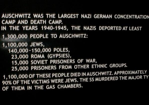 auschwitz-facts-plaque-by-marktravel